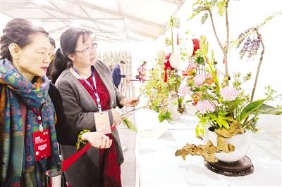 月季大观园中插花展 集邮展等活动精彩纷呈